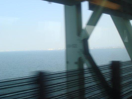 一邊急駛,一邊欣賞列車旁的海景