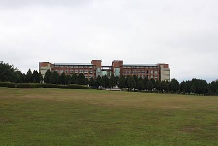 校園的草皮好大一片啊