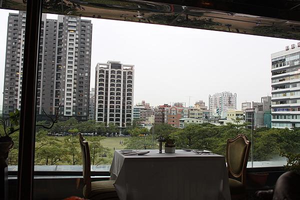 於是後來真的進來了>_<這座位外面看出去就是綠地,景真舒服