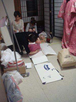 好多日本人在忙著包裝和服
