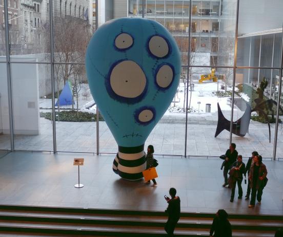 MoMA大廳的TB人形