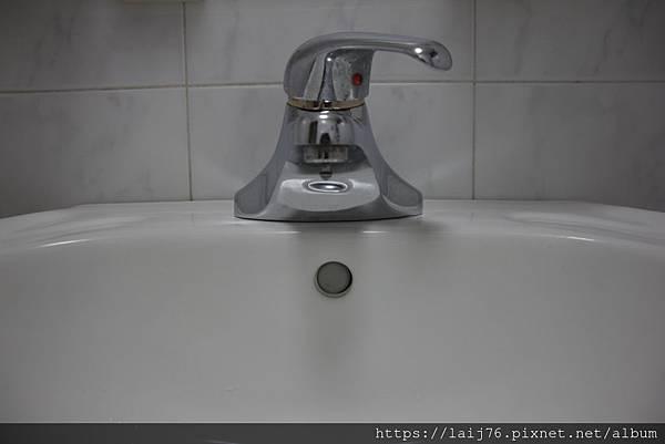 現-浴室洗手檯下方.JPG