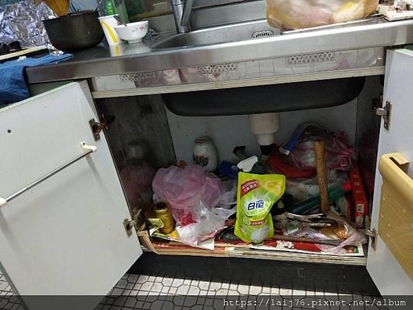 家立淨-居家清潔收納-打掃前廚房儲櫃.jpg