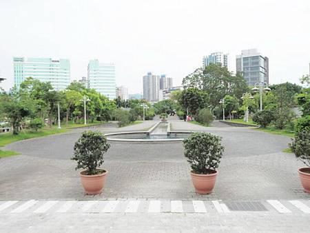 慈濟醫院台北分院外面的公園 (1).JPG