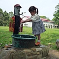 到底是..洗手還玩水??