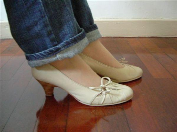 米白色蝴蝶結抓皺圓頭高跟鞋