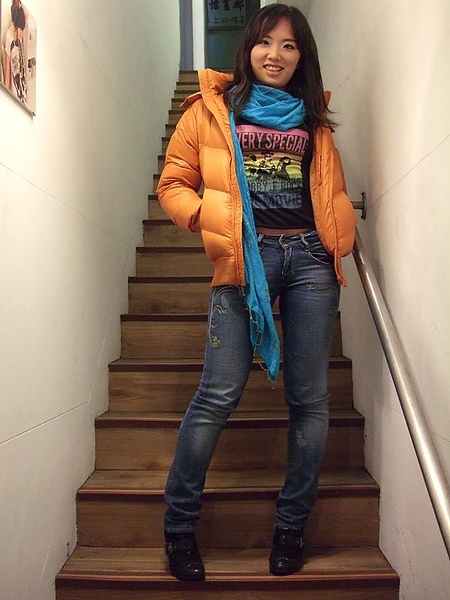lativ橘色超輕量羽絨外套穿搭二