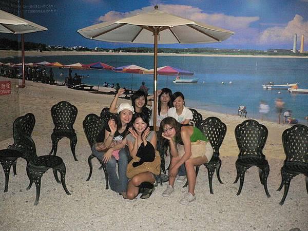姊妹們在假沙灘前