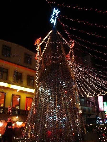 淡水老街的聖誕樹