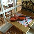 還有小提琴 不知道是不是裝飾用的