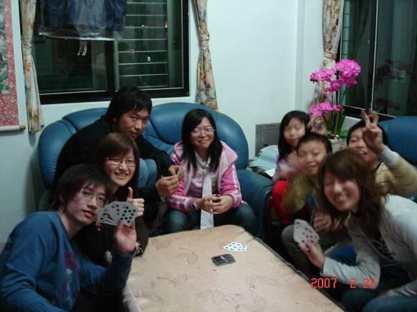 小孩玩樸克牌