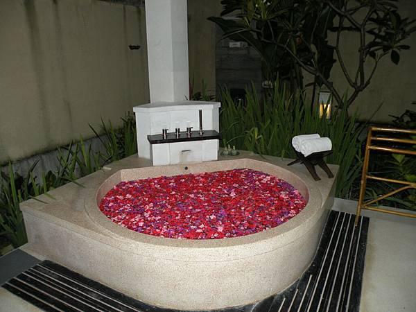 以為我們是honeymoon所以放滿一缸的玫瑰花辦