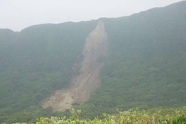 野銀冷泉後方山壁土石流.JPG