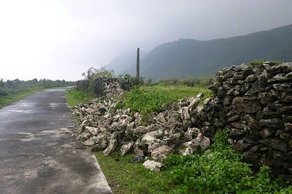 野銀冷泉附近石牆倒塌-1.JPG