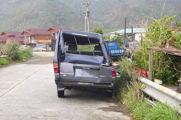 被風壓扁的車.JPG