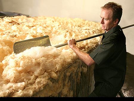 正在刮除泡沫的Scott Jennings,但Sierra Nevada並不回收酵母