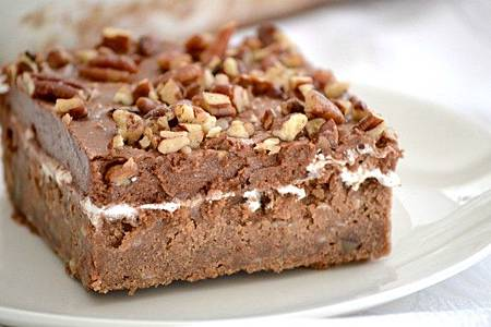以巧克力泥蛋糕為底,添加核桃、花生的 Mississippi Mud Cake