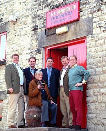 左起:Nick, Edward, 總經理 Collin Wood, Simon, Tim。前列為四人之父Michael