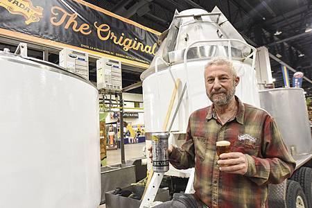 Sierra Nevada 創辦人 Ken Grossman 與創廠時使用的設備