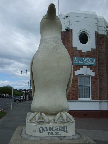 昂首的企鵝石像