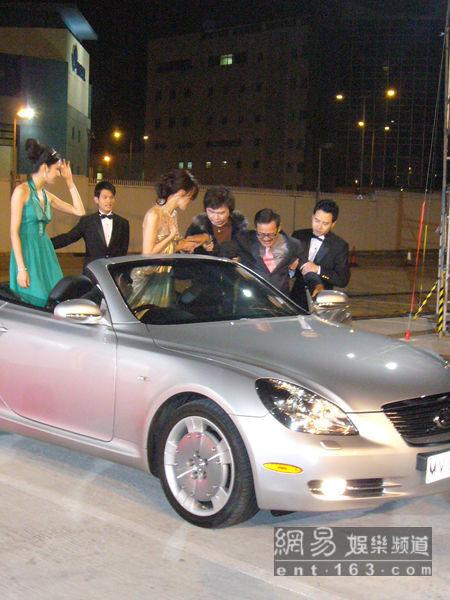20071118直擊TVB頒獎禮劉丹不慎摔倒.jpg