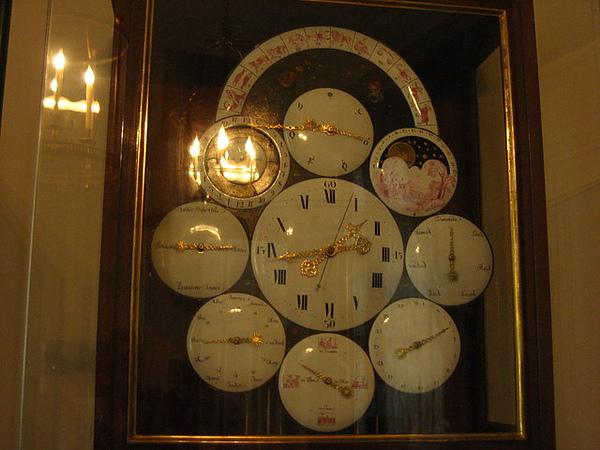牆上很令我欣賞的組合時鐘