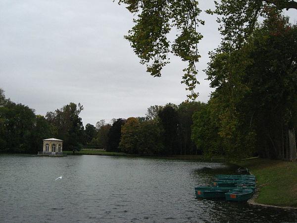 一旁的小湖也是充滿秋意