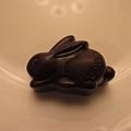 華麗金色紙袋內是2顆兔子造型的GODIVA巧克力,她們真的很精心的準備禮物!