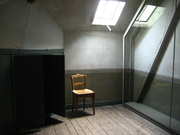 1228209992-房間很窄,窗戶很小.jpg
