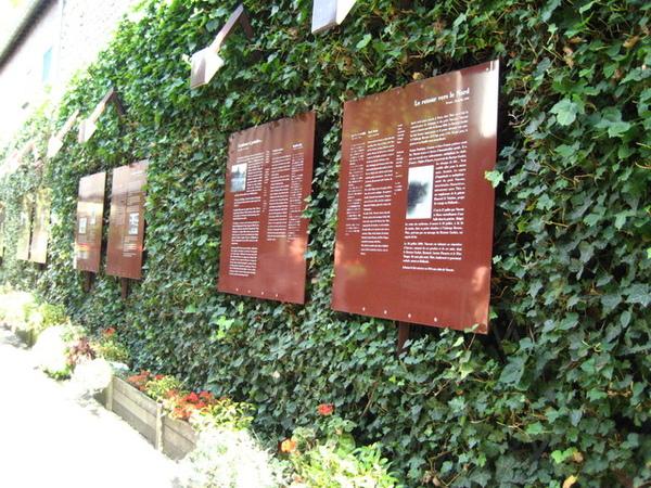 1228209997-旅館後門一條走道介紹梵谷的解說板.jpg