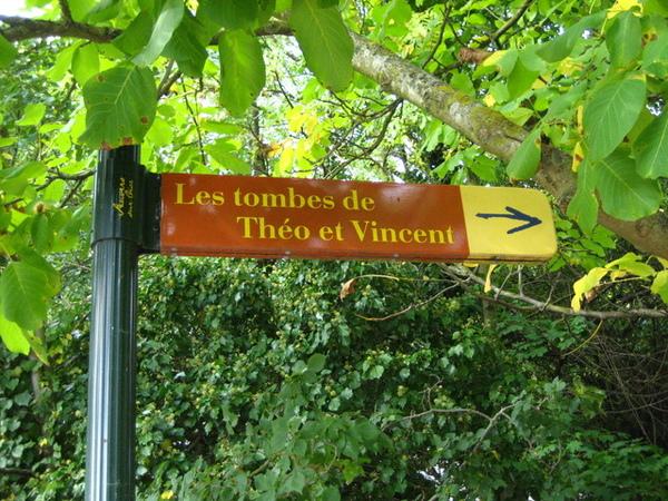 1228210006-過了教堂一路上都有指標告訴我梵谷與弟弟葬在哪裡.jpg