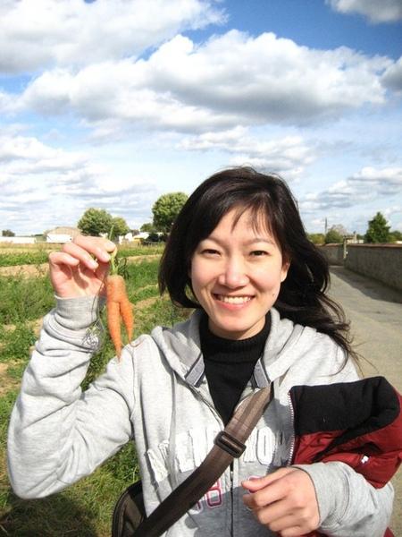 1228210014-走在麥田時撿到的紅蘿蔔呦!.jpg