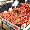 1147245014-草莓大又紅,看起來超好吃!不過拍起來顏色失真了~.jpg