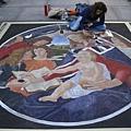 1147245020-她並不是畫在地面,而是將畫布貼在地上畫.jpg