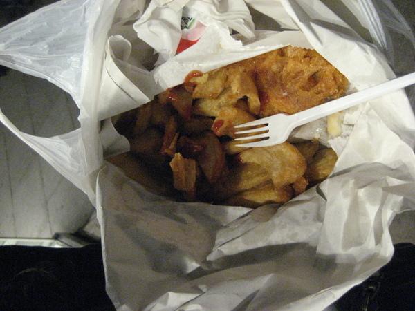 1147245030-只是用簡單的紙袋裝著的炸魚薯條.jpg