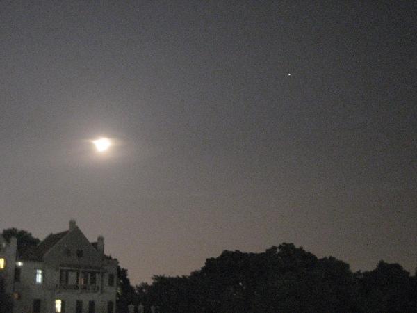 由於印象西湖不能拍攝,我只能拍拍當天的月圓和星星