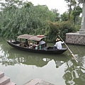 溼地內有這樣的小船帶旅客遊園
