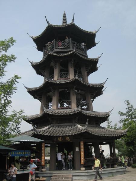 登高可遠觀的塔,塔上擠滿了人