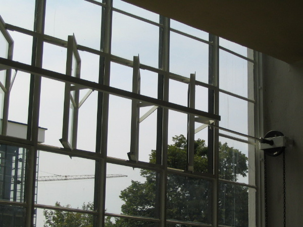 Bauhaus-Dessau_Fensterfront.jpg