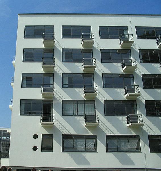 566px-Bauhaus-Dessau_Wohnheim_Balkone.jpg