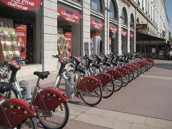 里昂的租借自行車是紅色的