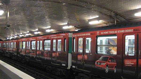 難得看到有廣告的地鐵車廂