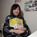 """1/22 今年冬天雖然寒流頻頻來,我因為有""""馬上暖""""披巾和有趣的法文書陪我,一點都不冷喔!"""