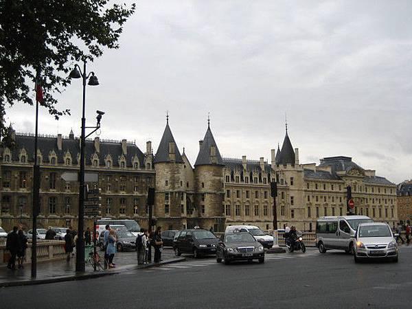 遠眺巴黎股監獄
