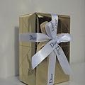 白色典雅紙袋內當然也是Dior的產品,包裝紙、緞帶都可看出名牌的用心
