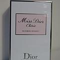 """在華麗卻不失優雅的包裝底下,是我很喜歡的香水""""Miss Dior"""",其實和我猜的一樣!"""