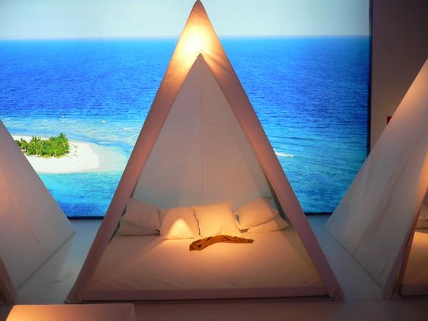 白色金字塔帳篷