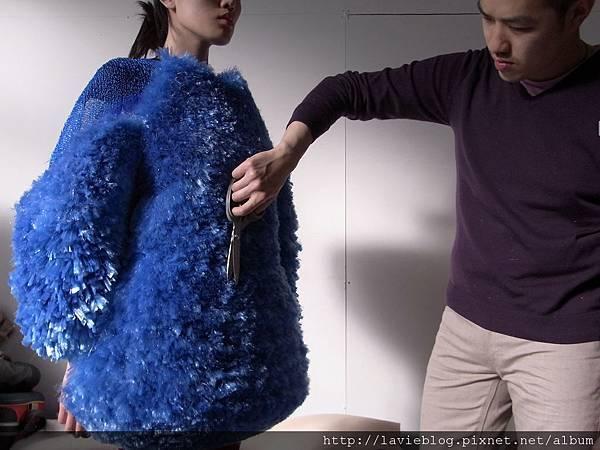 陳劭彥修正在整理為碧玉量身打造的服裝1.JPG