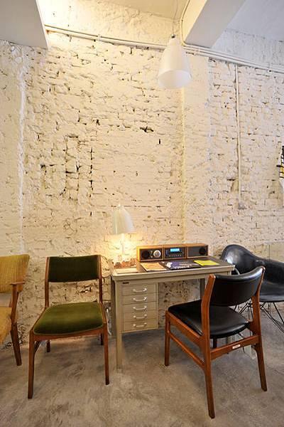 白磚牆襯著復古家具.jpg