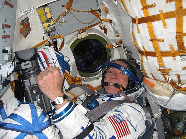 10. space-go-sokol -suit-in-soyuz-simulator.jpg